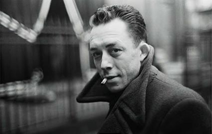 Camus apresenta o absurdo no modo como seus personagens lidam com o cotidiano e, assim, põe o leitor a indagar o quanto a ausência de sentido rege as coisas que acontecem no dia-a-dia.