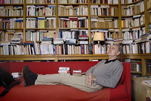Patrick Modiano en su casa de París.