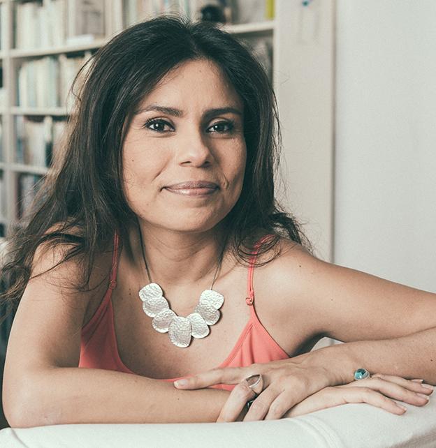 """Carola Saavedra: """"Não tenho manias, escrevo quando dá, do jeito que dá""""."""