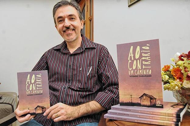 Afonso Caramano, autor de Ao contrário, um caminho
