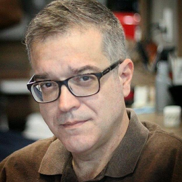 Cláudio Neves, autor de Ouvido no café da livraria.