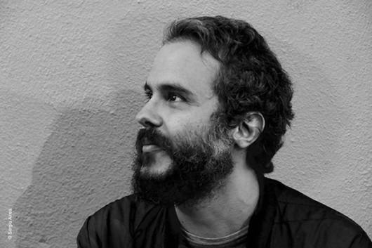 O poeta Thiago Camelo, autor de Descalço nos trópicos sob pedras portuguesas.