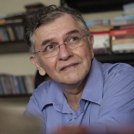 O romancista Edyr Augusto conversa, às 19h30, com o editor Rogério Pereira