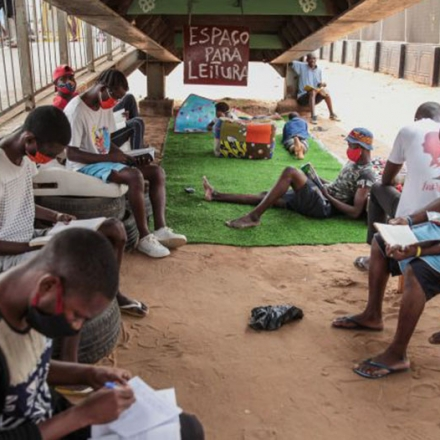 """Biblioteca de rua, do projeto """"Leitura Grátis"""", em Luanda, capital de Angola."""