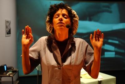 A artista Coco Fusco, que assina ensaio na revista