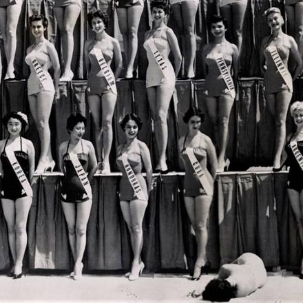 """""""Beauty Contestant Collapses"""", foto de Perry Griffith, tirada em Long Beach, na Califórnia, em 17 de julho de 1954"""